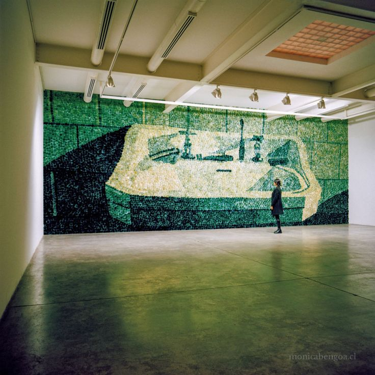 Mónica Bengoa: Sobrevigilancia (2001). Mural de 9.160 flores naturales de cardos teñidos. 4,45 x 11,78 m. #arte #art #contamporaryart #artecontemporaneo #verde #cardos #thistles #mural #handmade