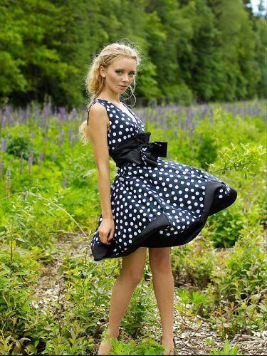 Девушка в платье горошек