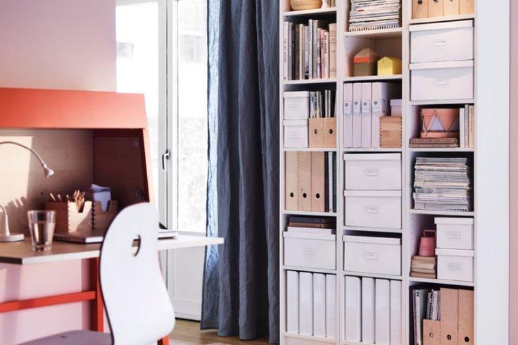étagères-Ikea-Kallax-blanc-acrylique-rideaux-bleus-tapis-coloré-motifs-géométriques