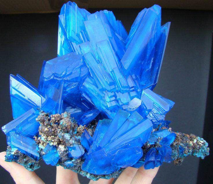 Outra pedra de incrível azul e cristalização impressionante chama-se chacantita, que por sua vez é a versão pura do sulfato de cobre encontrada na natureza.