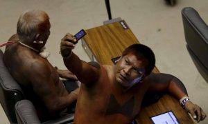 Представитель коренных народов фотографирует себя в Палате депутатов, Бразилия