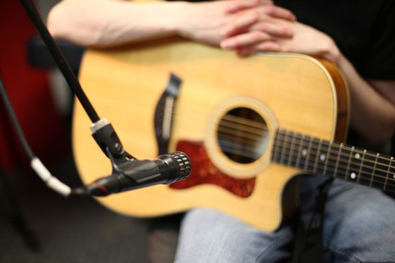 Home Recording Tips 10 Acoustic Guitar Mic Techniques Disc Makers Guitar Guitar Mic Acoustic Guitar