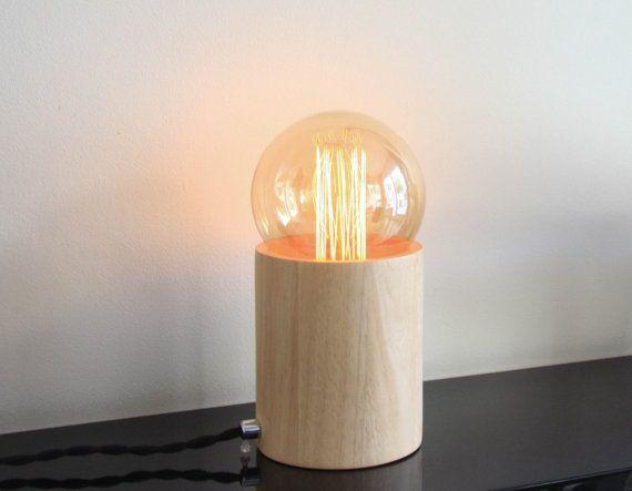 Lampe Glas und Holz gesetzt Controller (hergestellt in Frankreich) Auflage limitiert auf 20 Exemplare.   Zusammensetzung: -Fuß aus Kautschukholz hergestellt -Große Glühbirne Edison Filament enthalten 40w, E27-Sockel -Textile Kabel 2 m -Maße: Höhe 24cm (Birne enthalten) / 12,5 cm Durchmesser  Sicherheit: Diese Lampe enthält einen Dimmer und ist nicht kompatibel mit der Eco (mit Schlauch) Zwiebeln oder LEDs (außer dimmbar geführt). Verwenden Sie diese Lampe mit einer max. 60w Glühbirne…