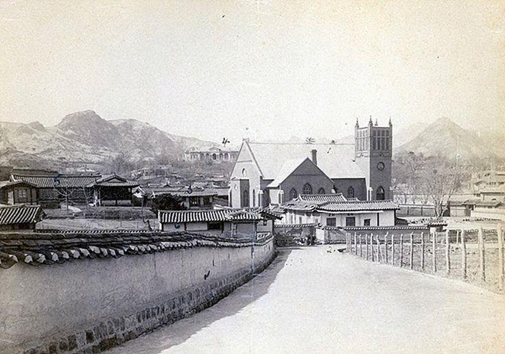 1903년 정동교회. 오른쪽 위로 북악산이 보인다. 왼편의 산이 인왕산.