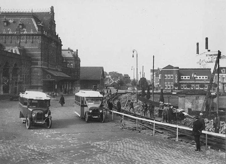 Het Stationsplein in 1927. De dienst van lijn 3 werd onderhouden met Chrevolet busjes van de ENNAM. - Foto's SERC
