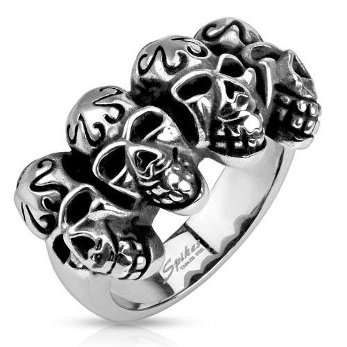 Tøff Spikes ring i stål med flere hodeskaller på rekke.Materiale: Kirurgisk stål.Bredde: 13,5 mm.R-Q9411Z28Leveres i flott gaveeske.