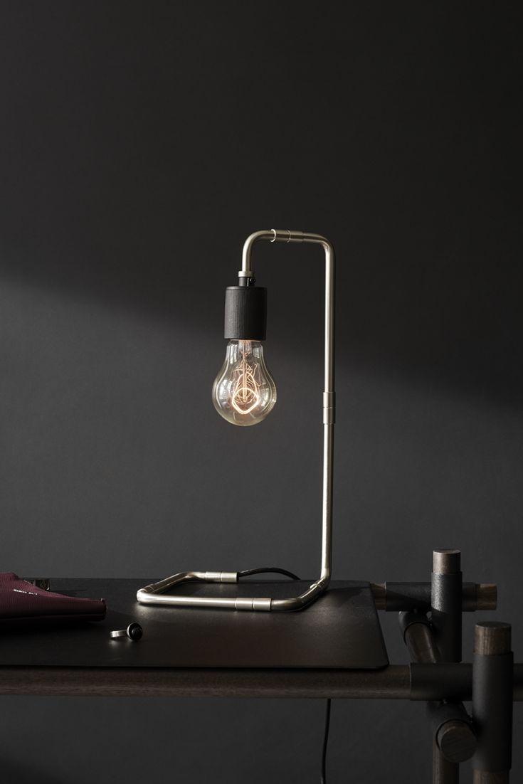 Reade bordlampe, fra Søren Roses Tribeca serie, er en smuk lampe, som er inspireret af gamle lamper fra tidlige til midten af det 20. århundrede.