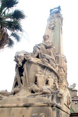 Sculptures en pierre de l'escalier de la gare de Marseille-Saint-Charles à Marseille