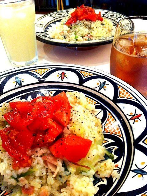 20130505 インドアGW万歳!昨晩の白菜サラダを残ったご飯と一緒にリゾットに。だしの素と塩少々、胡椒大量、パルメザンチーズで味付け。トマトを乗せて完成です。 - 4件のもぐもぐ - メキシコ風シャキシャキ白菜のチーズリゾット by hrmcabe