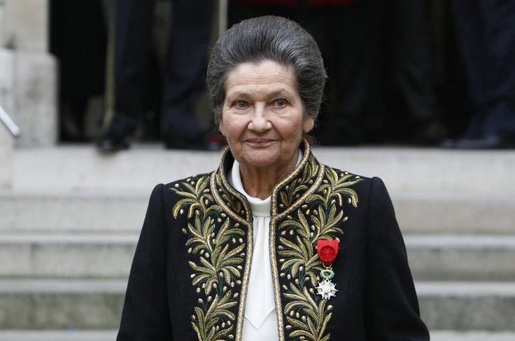 Simone Veil, une survivante d'Auschwitz et la première présidente élue du Parlement européen,à la sortie de l'Institut de France après sa cérémonie d'entrée en tant que membre de la prestigieuse Académie Francaise à Paris.