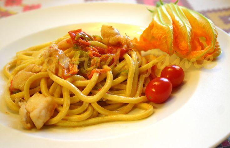 Spaghetti alla chitarra con pescatrice e fiori di zucchine, ricetta estiva