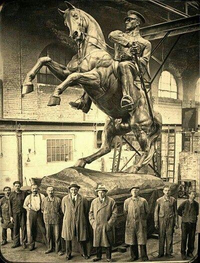 """"""" ATATÜRK'ÜN SAMSUN'DAKİ HEYKELİ - ONUR ANITI """" / Avusturya ONUR ANITI : Bronzdan yapılmış heykel, kaidesiz 4.75 metre, kaideli 8.85 metredir . Ve bu özellikleriyle de dünyada ikincidir . Dünyadaki kusursuz heykellerden tek farkı atın kuyruğunun kaideye değiyor olmasıdır . Büyük bir kaide üzerinde şahlanan bir at üstünde, Atatürk'ü bütün heybeti ile görmek mümkündür. Krippel, anıtın açılış konuşmasında anıtı, """" gururlu bir şekilde batıya ve çok uzaklara dikilen bakışları azim dolu…"""