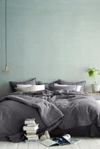 Grijs combineert prachtig met allerlei pasteltinten. Een perfecte kleur voor de slaapkamer! Lees meer over grijze slaapkamers op Woonblog, het volledige artikel vind je in de bron!