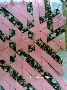 how to do a star pattern meshwork ~ a beautiful tutorial (in Spanish) for woven bias tape! The possibilities are endless with thousands of fabrics to choose from at the Fabric Shack at http://www.fabricshack.com/cgi-bin/Store/store.cgi