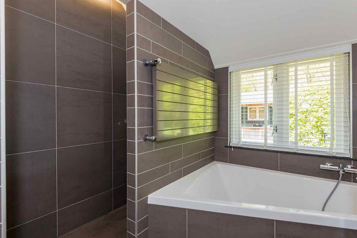 Onze nieuwe badkamer! #inloopdouche #bad #tweepersoonsbad #dubbelewastafel en uitzicht op #tuin #veranda #verwarming in kleur van tegels #vloerverwarming. Eigenlijk moet je deze ruimte zien. Kreeg niet alles op de foto;). #huistekoop #zwolle #woonboerderij #badkamer
