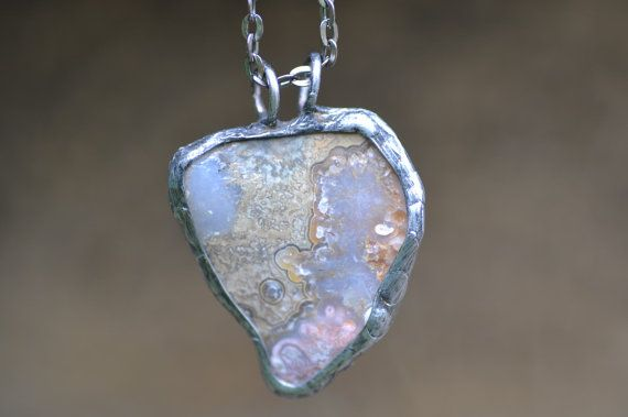 Mijn aanbod voor liefhebbers van sieraden en juwelen met natuurstenen. Het is een ketting Agaat die ik verfraaid door Tiffany techniek. De steen die ik omlijst door Bladkoper, overtrok het met loodvrij tin. Bovendien ik gesoldeerd koperdraad aan beide zijden van Agaat ter versterking van de hanger. Toen ik het frame met zwarte patina, gepolijst om het effect van oud zilver, bedekt en ten slotte gebruikte ik antioxidant.  Elk stuk is gemaakt met veel liefde en positieve energie.  Ik stel mijn…