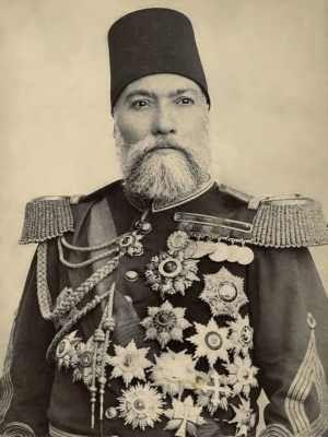 1832 Tokat doğumlu Osman Nuri Paşa, Plevne Savaşlarındaki üstün savunmasının ardından aldığı Gazi unvanı ile hatırlanır ve Gazi Osman Paşa olarak bilinir. Beşiktaş'taki Askeri Rüştiyede ve Kuleli Askeri Lisesinde okudu. Kara Harp Okulunu yirmi yaşında ikincilikle tamamlayarak Harp Akademisine girdi. Teğmen olarak katılacağı Kırım Savaşında 4 yıl kalacağı Tuna cephesine gönderildi. Savaşın sonunda ise yüzbaşı oldu. 1866'da Girit'teki isyanın bastırılması sonrasında albaylığa yükseldi.