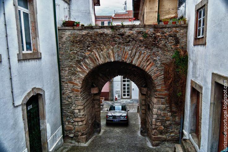 Puerta de Santo Antonio en Mirandela. ~ Turismo en Portugal