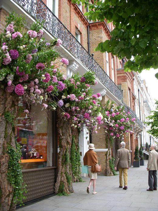 ~Chelsea, London~ Great idea for exterior of a tea room! 花のあるお店にしたい!季節によって色も雰囲気も変えられる!