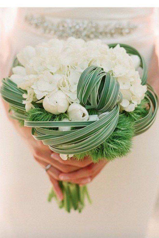 <p>Bouquet très conventionnel, à l'exception des pivoines qui remplacent les roses traditionnelles. Si vous craignez de faire un faux-pas, soyez certaines qu'avec lui, vous irez dans la bonne direction.</p>