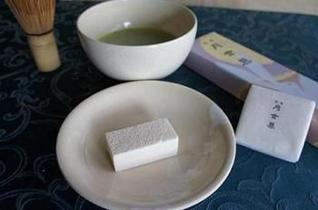 明治三十年から続く富山の老舗「月世界本舗」。その主力商品でもある「月世界」は、鶏卵と和三盆、寒天、白双糖を煮詰めた糖蜜と合わせて乾燥させた干菓子で富山を代表する銘菓です。