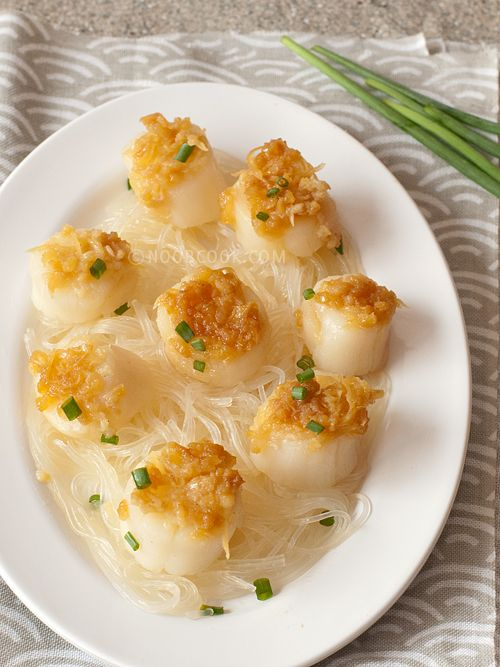 Steamed Scallops with Garlic, Ginger & Glass Noodles A while ago, I saw wokkingmum's Steamed Scallops with Garlic dish, and I literally couldn't get the image out of my mind. What a clever idea it is to put some mung bean vermicelli (aka glass noodles or tang hoon) at  the bottom of the