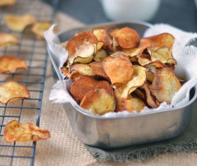 Aardappelchips uit de oven:   ✓ gezond snacken   ✓ lekker krokant   ✓ makkelijk om te maken   ✓ waanzinnig lekker   ✓ gekruid met paprika en zout