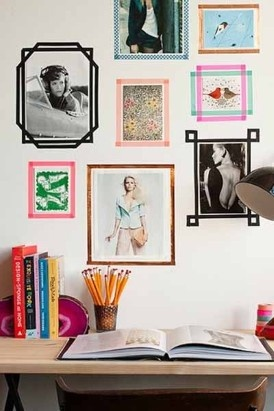 Kaartjes en snapshots aan de muur krijgen meteen een kunstig effect door ze te voorzien van een washi-kader. Idee en foto van de website Design Sponge.
