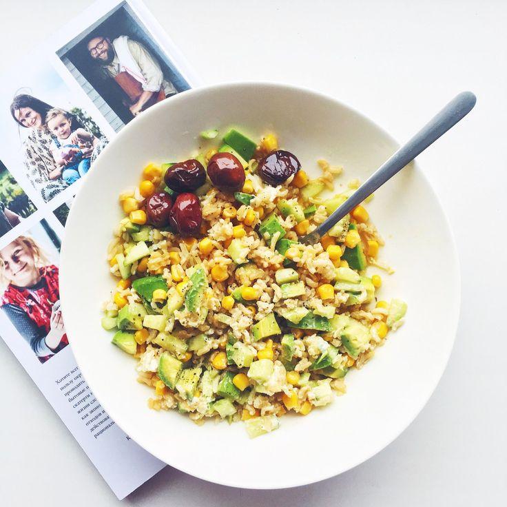 Salatshop Кто хорошо погулял, тот хорошо поел 💪🏼 Бурый длиннозерный рис, авокадо, кукуруза, огурец, соус из ложки творожного сыра и оливкового масла, оливки, гималайская соль & свежесмолотый перец 🙋🏻 #Salatshop