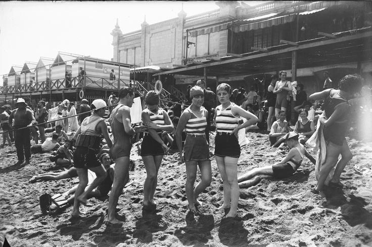 Bañistas en la playa de los Baños de San Sebastián, Barcelona (1920).