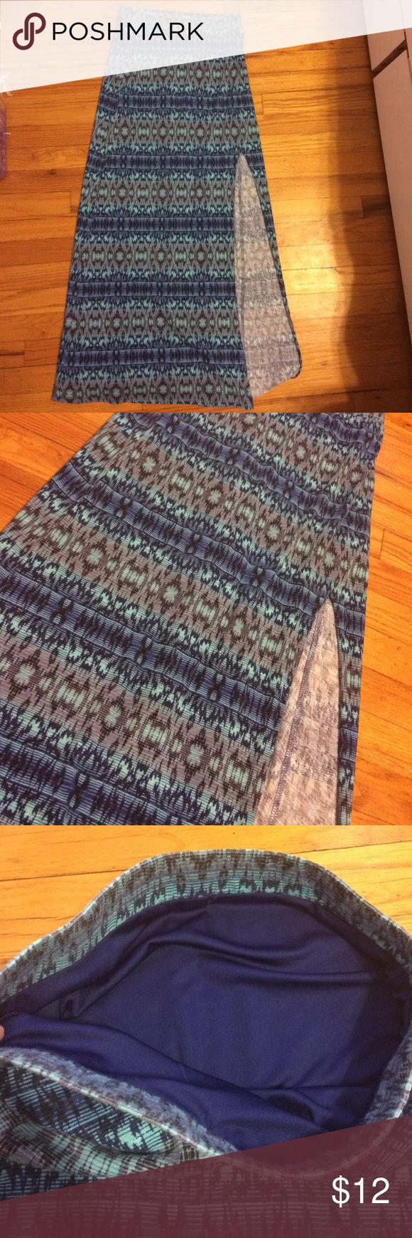 American Eagle Outfitters Maci Skirt XS gently used only work a couple times patterned maci skirt from American Eagle size xs. Very cute American Eagle Outfitters Skirts Maxi