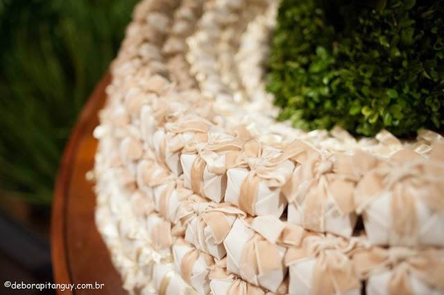 http://www.motherofthebride.com.br/2013/06/decoracao-de-casamento-branca-e-verde.html#.UbCMLKXebKw