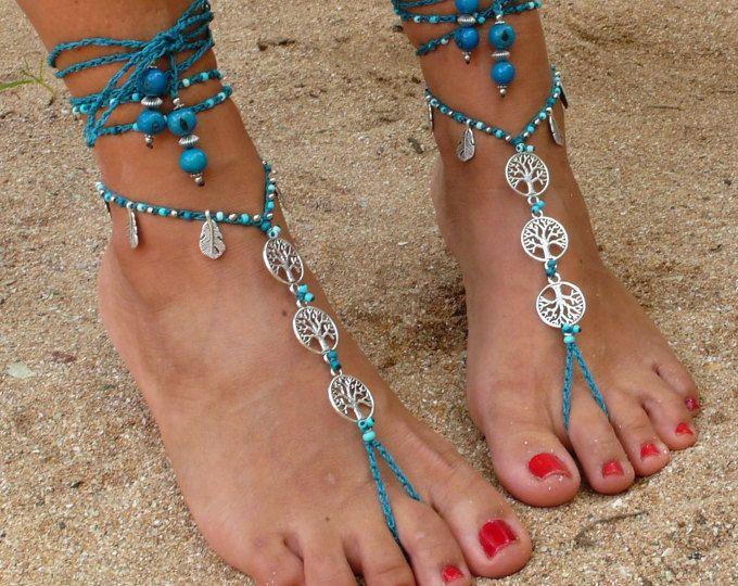 Dieses Angebot gilt für ein Paar Sandalen barfuß.  Wunderschöne und einzigartige barfuss Sandalen mit einem ethnischen Vibration. Sie sehen toll als Halskette oder Sie können ihn als Sklaven Armband. Handarbeit häkeln mit Liebe und Sorgfalt mit gewachst Polyester Schnur, tibetische Silberperlen, tibetische Silber Blume Links griechische Keramik Perlen und Glasperlen. Die Spitze ist lang genug, um es 2 Mal um das Bein wickeln. Diese Sandalen sind sehr beständig und eignet sich für viele…