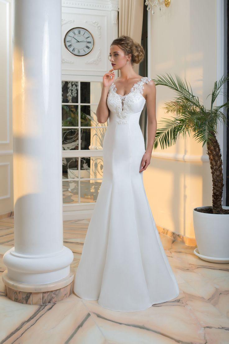 Krásne priliehavé svadobné šaty s hlbokým výstrihom pokrytým čipkou