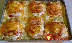 Rýchla večera z jedného plechu pre celú rodinu. Vyskúšajte vynikajúce kuracie prsia z jedného plechu. Vďaka kyslej smotane je mäso jemné a šťavnaté a ďalšie prísady dopĺňajú jeho skvelú chuť! :-)