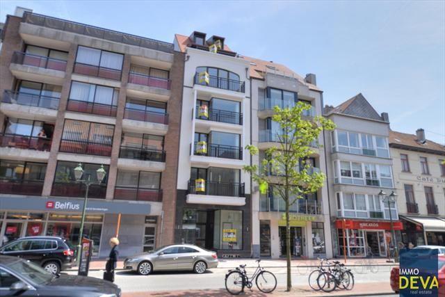 Appartement te koop in Knokke - 2 slaapkamers - 90m² - 435 000 € - Logic-immo.be - Zonnige nieuwbouwappartement met 2 slaapkamers gelegen in het centrum van Knokke. INDELING: Inkomhall met apart gastentoilet en ruimte voor vestiaire, Zuidwesten georiënteerde living met logia en zonn...