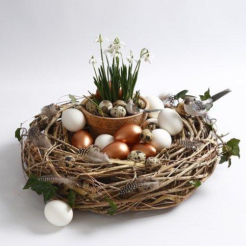 13545 Een natuurlijke krans gedecoreerd met vogels, veren en eieren