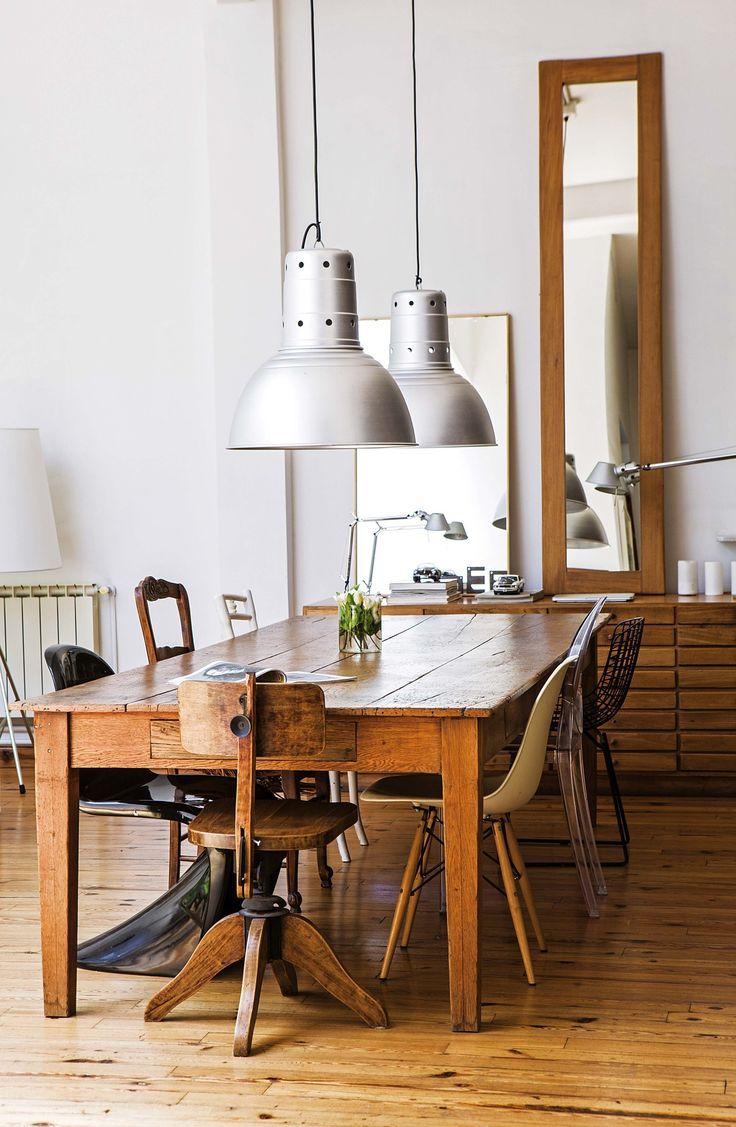 Cocina comedor integrados en un PH reciclado con ambientes amplios y materiales nobles. Gran banco de madera y sillas diferentes de varios diseñadores coronados por lámparas galponeras.