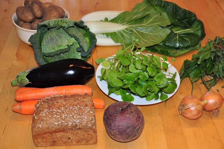 Yeah! Unsere erste Bio Gemüsekiste ist heute angekommen, gefüllt mit leckeren Dingen. Wir haben sie bei Elbers Hof zur Probe bestellt. Bestellung und Lieferung verliefen reibungslos. Die Ware ist r…