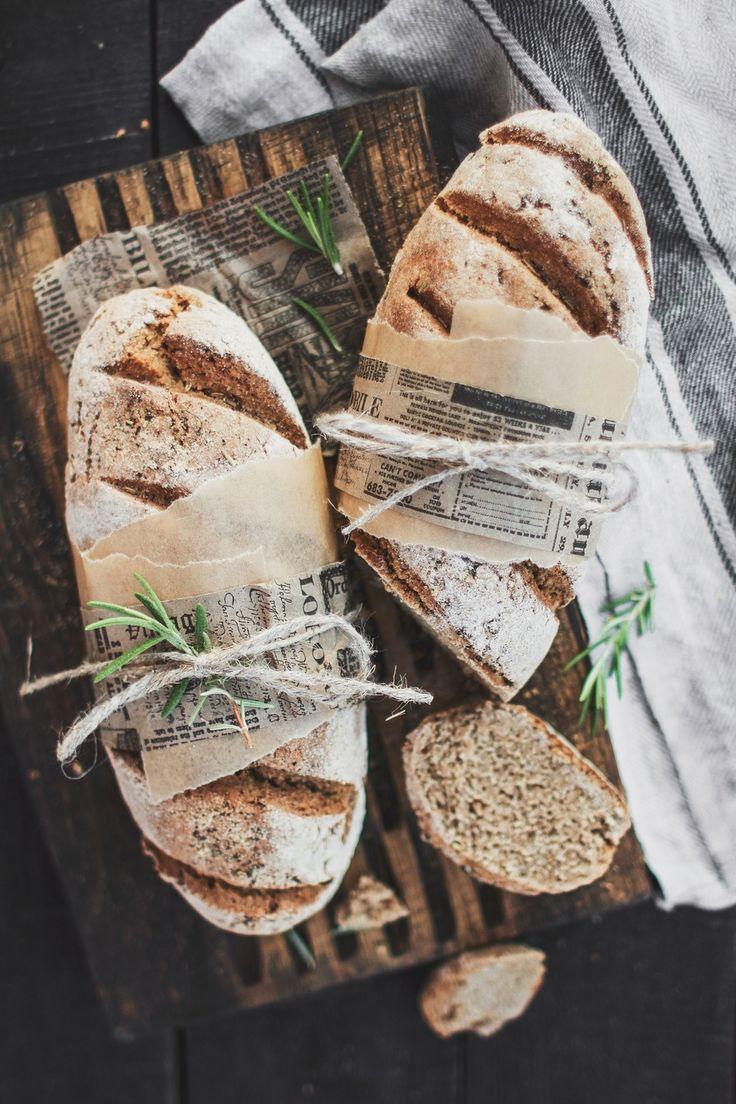 Бездрожжевой хлеб на кефире с травами и чесноком Мука цельнозерновая пшеничная: 200 гр Мука ржаная: 250 гр Кефир 1%: 400 гр Сода: 3/4 ч л Соль морская: 2-3 ч л Розмарин: 1 ч л Чеснок: 1 ч л ( сушеный) или 2 зубчика свежего Сушеные томаты: 1 ч л Орегано: 1 ч л Базилик: 1 ч л
