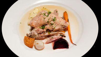 Кролик охотника с Цыганский Speck и Жареные овощи, лук-шалот, свекла, сладкий картофель, морковь, Пастернака и Kipfler картофель