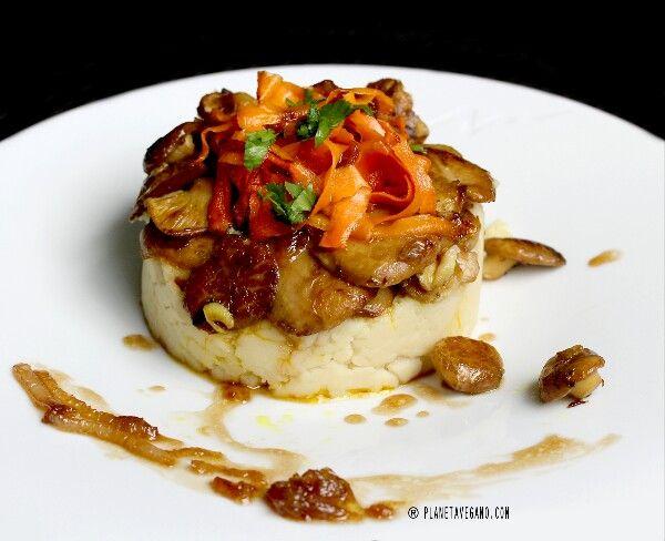 Hoy Mayte de Planeta Vegano ha hecho este delicioso tartar de boletus con salsa de cebolla caramelizada, zanahoria en tiras y la base con pure de patatas y queso Veggísimo tipo emmental. www.planetavegano.com