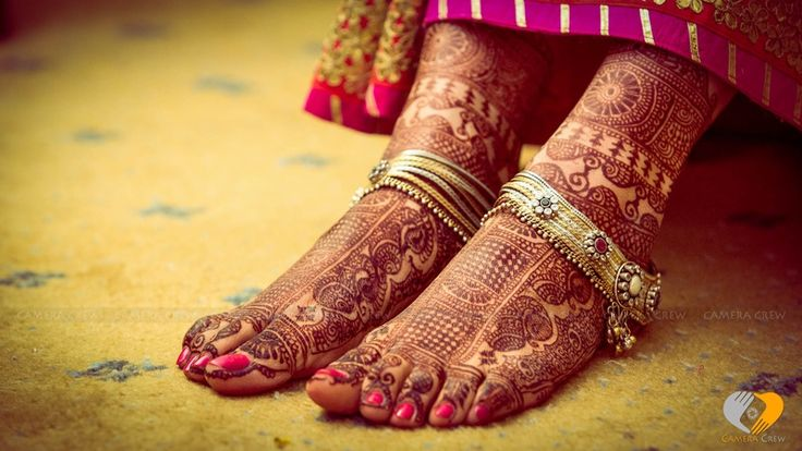 Indian bridal mehendi designs adorned with an ethnic floral patterned anklet.| weddingz.in | India's Largest Wedding Company |