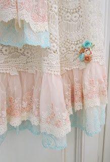 Isn't this a beautiful curtain???? angela-lace.blogspot.com