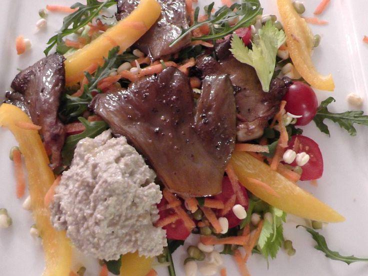 Restovaná hlíva na zeleninovém salátu s ořechovým dresinkem