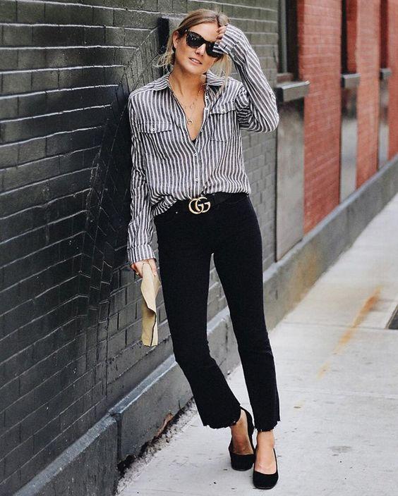 Esse look é Linducho para o escritório e super confortável. Dá para usar em qualquer idade, ok? se você está em um estado muito quente, use uma camisa listrada em tecido bemmm leve e fresco ( uma viscose, or exemplo), com as mangas arregaçadas e decote bem aberto. Se acha que ainda é quente demais, substitua a camisa por uma regata listrada. O cinto com fivela dourada, a calça cropped e a sapatilhas são itens curingas que precisamos ter no armário sempre. Tem seleção de camisas listradas…