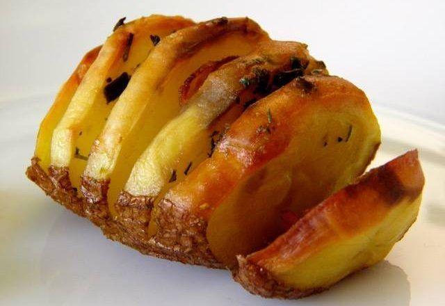 Potrebno: krumpir (količina proizvoljna, dakle, onoliko koliko možete pojesti) 4-5 žlica maslaca 1-2 žlice mješanog začinskog bilj...