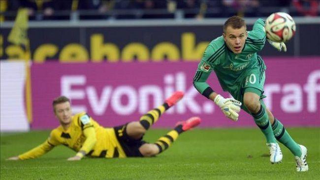Timon Wellenreuther podarował gola Marco Reusowi w Revierderby • Borussia Dortmund vs Schalke Gelsenkirchen • Zobacz błąd bramkarza >>
