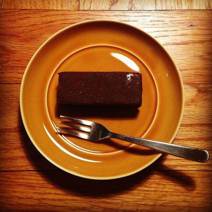 ロイスダールのクラシックショコラを美濃焼のお皿で My favorite chocolate on Mino-yaki plate Japanese pottery.  #美濃焼 #ロイスダール #チョコレートケーキ #ショコラ #陶器 1#100パーセントプロジェクト #mino #chocolate #cake #japanesepottery  #plate