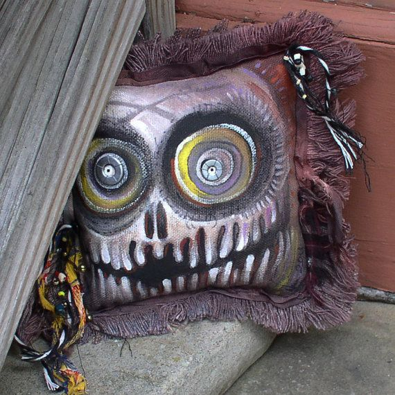 Frayed Skull Pillow...I think I might try to make something like this :)